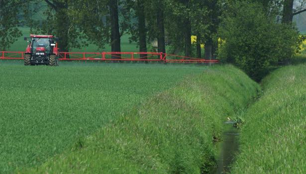 Pesticide application to a field bordering a surface water in Northern Germany (photo by R. Bereswill)